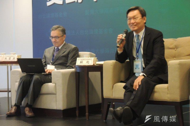 中研院院士朱雲漢(左)25日於「變動中的兩岸新局」學術研討會上表示,面對中美局勢的改變,還有台灣內部的政治分化,「對於兩岸未來的走向感到非常憂慮」。右為蘇起。(葉瑜娟攝)