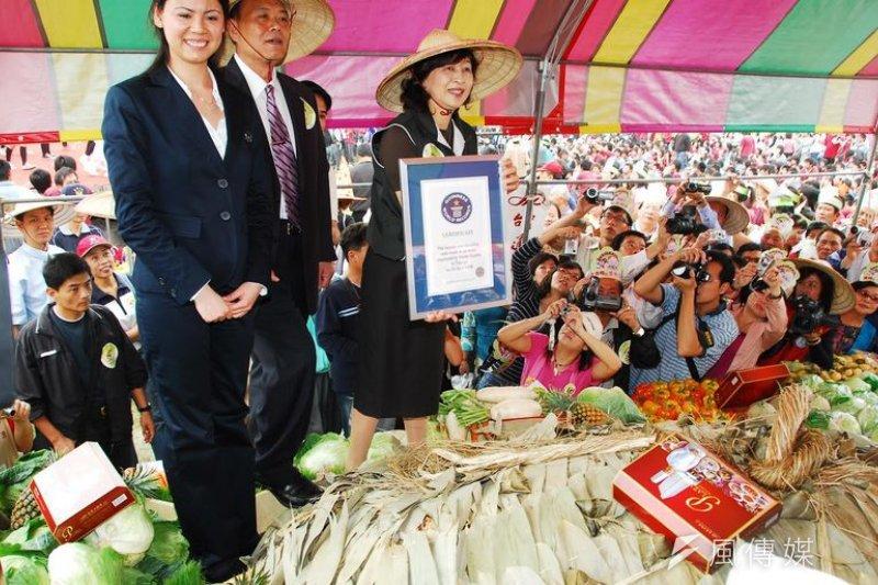 金氏世界紀錄認證專員頒發世界最大顆肉粽證書給雲林。(作者提供)