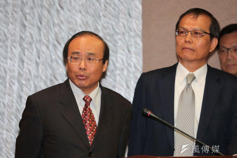 杜鵑亂台,雙鐵交通大亂,交通部長陳建宇(左)向民眾致歉。(資料照片,余志偉攝)