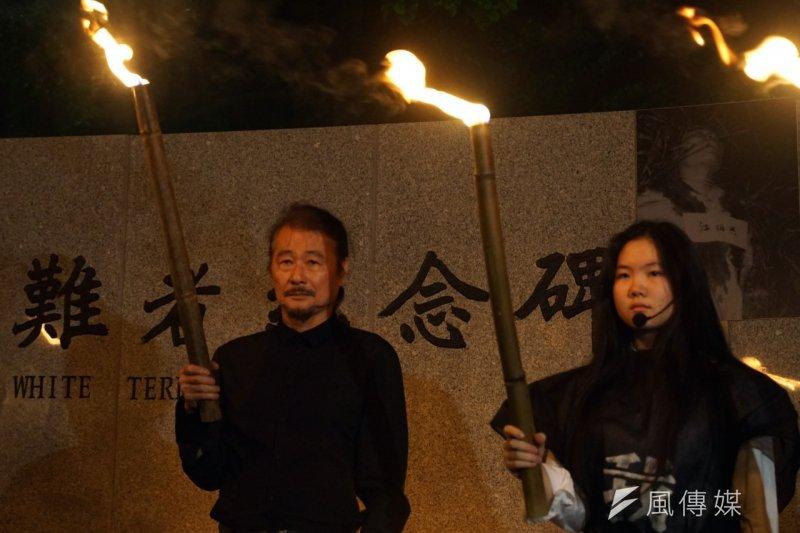 民進黨前主席、前紅衫軍總指揮施明德(左)與女兒施蜜娜出席泰源革命五烈士殉道45年紀念會,過程中一度和女兒施蜜娜落淚哽咽。(蘇仲泓攝)