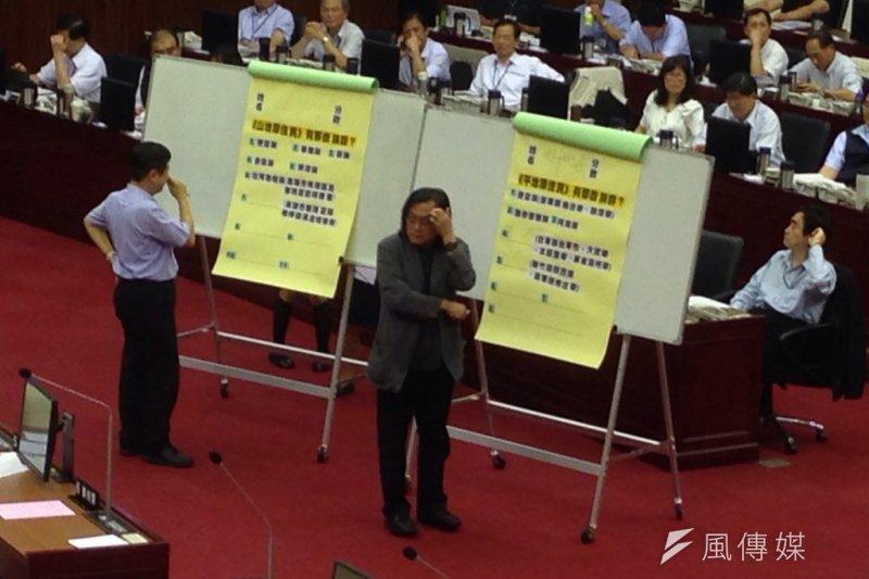 市議員李芳儒出原民考題,都發局長林洲民抓頭。(王彥喬攝)