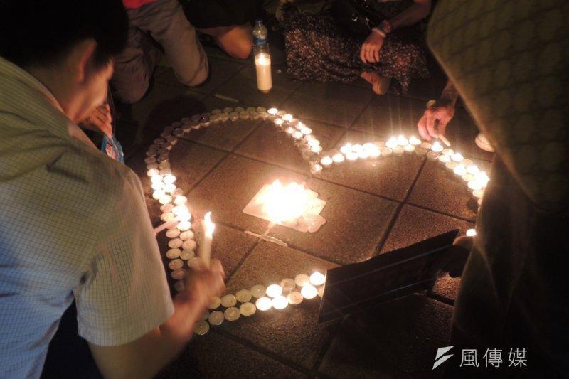 女童割喉案震驚社會,群眾1日在立法院前點起白蠟燭靜坐,哀悼無能的立法院。(葉瑜娟攝)