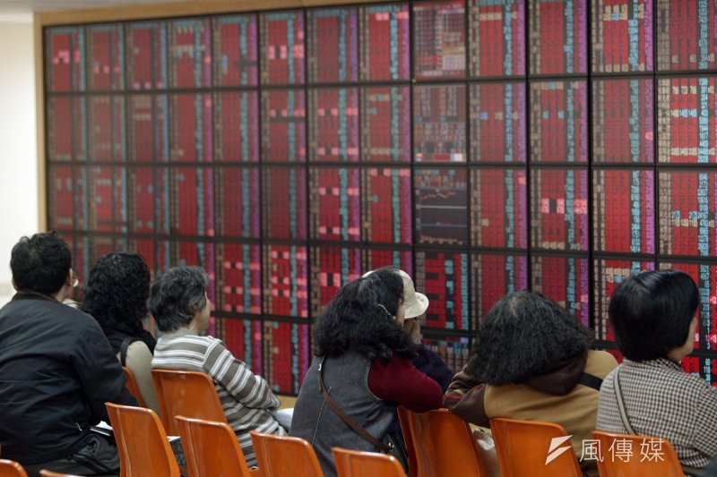 台灣的政治經濟亂亂套,臺股何能萬點高?(資料照片,余志偉攝)