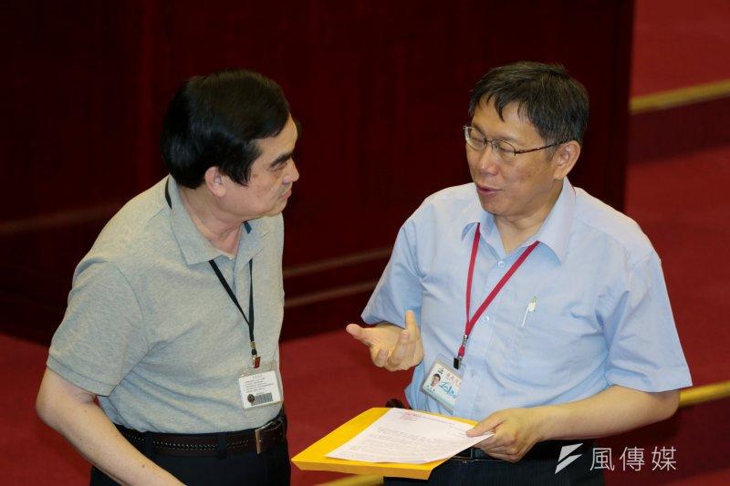 柯文哲(右)在市政總質詢時,與副市長鄧家基討論。(余志偉攝)