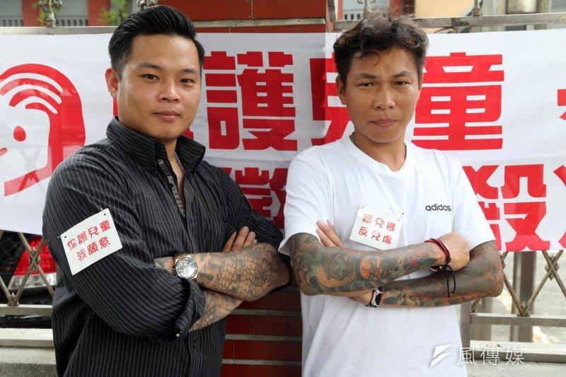 陳修將(左)與顏維勳(右)手臂上的刺青,彷彿是過往黑社會生活的圖騰,讓人害怕不易接近,但也因為如此,讓許多人更尊敬他們對兒童權益投入。(吳逸驊攝)