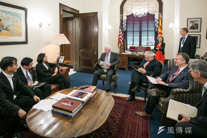 民進黨總統參選人蔡英文拜會共和黨資深參議員馬侃(John McCain)(中)、民主黨參議員李德(Jack Reed)。(民進黨中央提供)