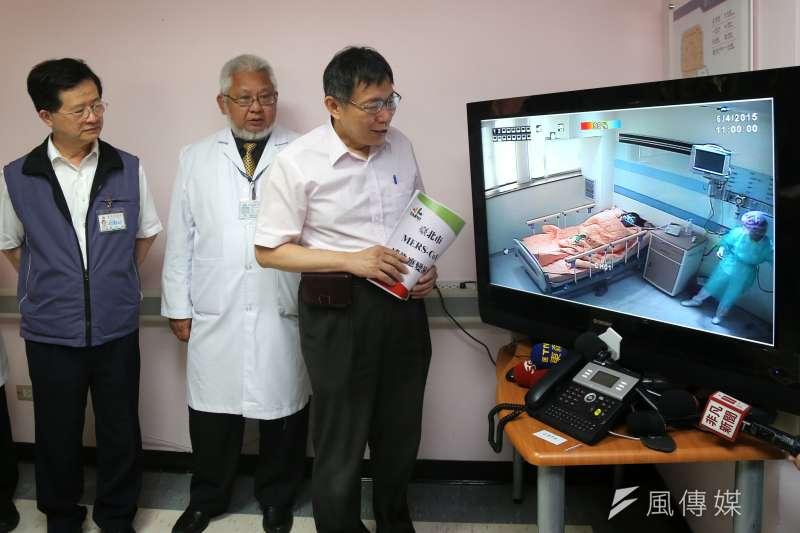 台北市中興醫院舉行MERS防疫演練,北市衛生局長黃世傑(左起),聯合醫院總醫生黃勝堅,柯文哲透過螢幕了解負壓隔離病房運作情形。