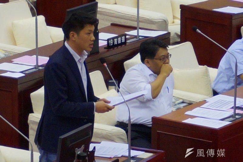 民進黨籍市議員王閩生(左)質詢台北市長柯文哲是否支持同志遊行,柯自認看看行程規畫,可以參加就參加。(王彥喬攝)