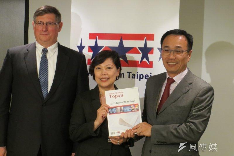 美國商會新公布的2016商業景氣調查報告點出台灣投資環境問題。圖為美國商會去年6月發表《2015台灣白皮書》(資料照片,仇佩芬攝)