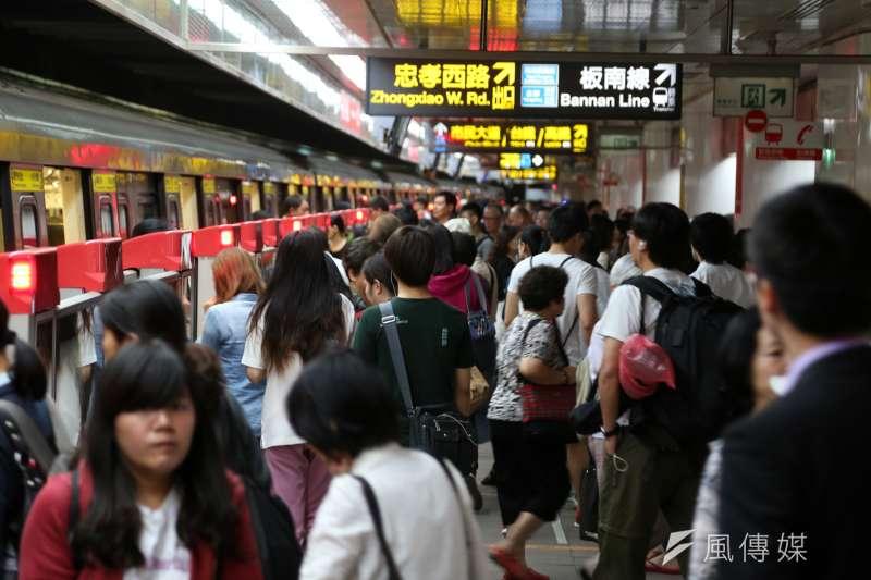 台北捷運運量已在31日上午突破百億人次,第100億名搭乘捷運的幸運旅客可免費搭乘捷運1年。(資料照,余志偉攝)