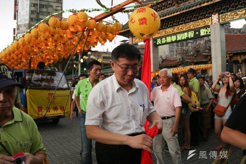 龍山寺減香爐,台北市長柯文哲將頒發感謝狀,圖為柯文哲去年競選時出席龍山寺放水燈繞境活動。(余志偉攝)