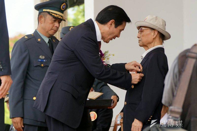 總統馬英九主持三軍五校院畢業典禮,並頒發抗戰紀念章給老兵。(蘇仲泓攝)