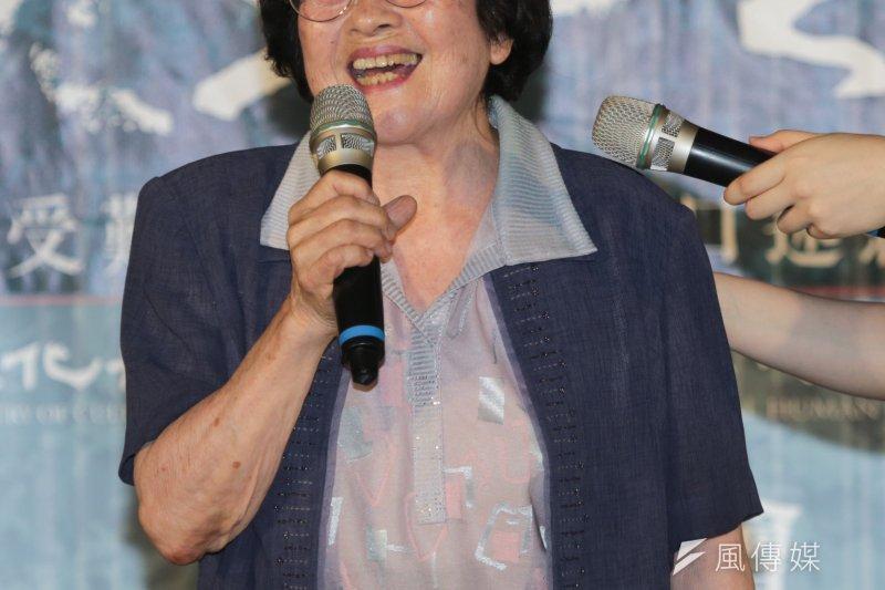 受難者馮守娥在口述紀錄成果展上唱起〈別讓它遭災害〉,現年86歲的她,即使受到白色恐怖的磨難,仍對世界懷抱理想。(余志偉攝)