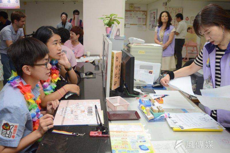 台北市自17日起,開始受理同志伴侶到戶政事務所註記「伴侶關係」。圖為去年8月1日,同志赴台北中正戶政事務所要求登記結婚。(資料照片,宋小海攝)