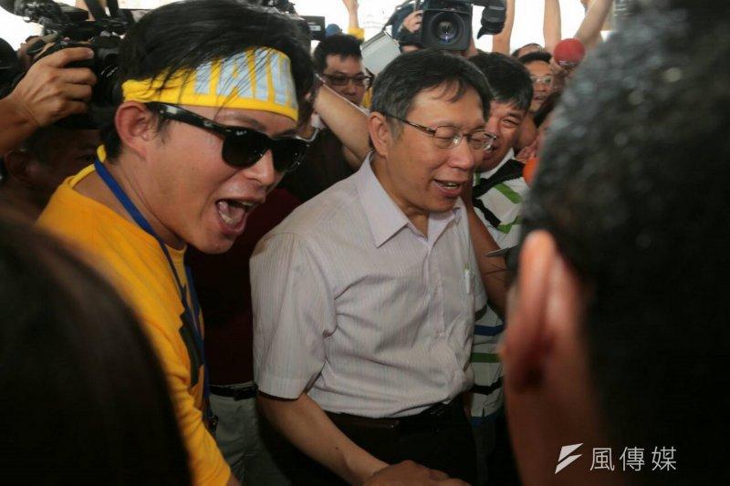 台北市長柯文哲18日晚和汀洲路釘子戶溝通,19日他出席為龍舟賽打氣時表示,起因都是溝通不良。(余志偉攝)