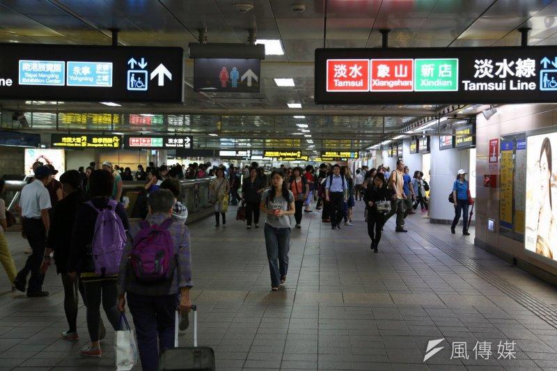 繼取消Youbike前30分鐘免費後,北市府也打算取消持悠遊卡搭捷運可享8折的優惠。(余志偉攝)