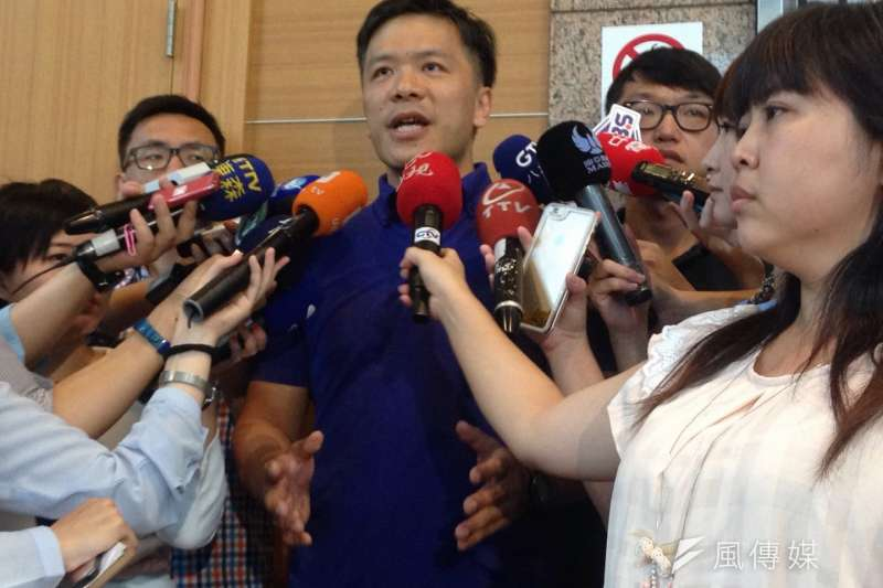 國民黨競選辦公開張,洪秀柱發言人游梓翔接受媒體訪問。(羅暐智攝)