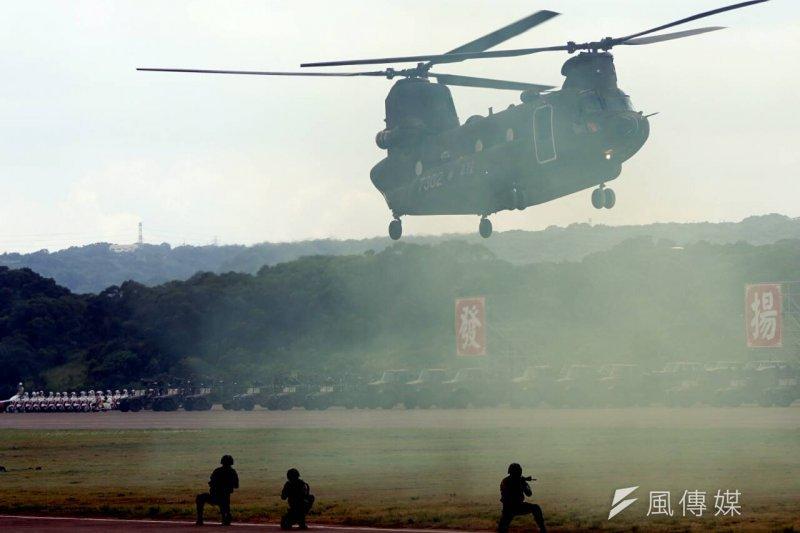 「國防戰力展示」,23日上午在新竹湖口進行第2次預校,由國防部長高廣圻主持。圖為地空突擊演練項目。(蘇仲泓攝)