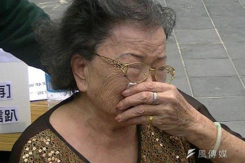 邱和順母親老淚縱橫,為兒爭取正確判決。(作者提供)