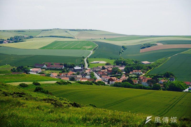 雖然近幾年因為人們開始從城市移往郊區,讓這些以前大家都不想待的農村地價瞬間翻倍,但法國政策還是讓本該是農地的地方維持農作。(洪滋敏攝)