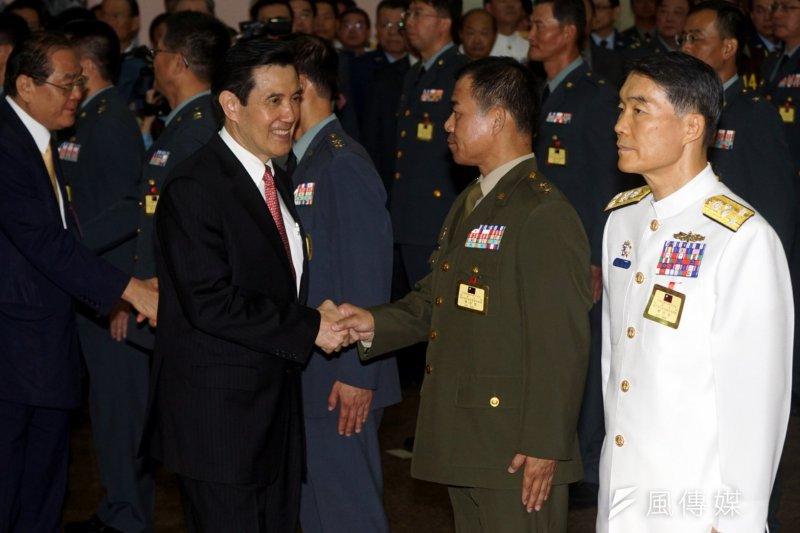 總統馬英九26日主持將官晉升典禮,圖為馬英九與海岸巡防總局總局長許績陵握手。(蘇仲泓攝)