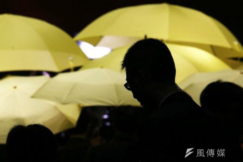 香港泛民議員手舉象徵「佔中」運動的黃色雨傘抗議(BBC中文網資料照片)。