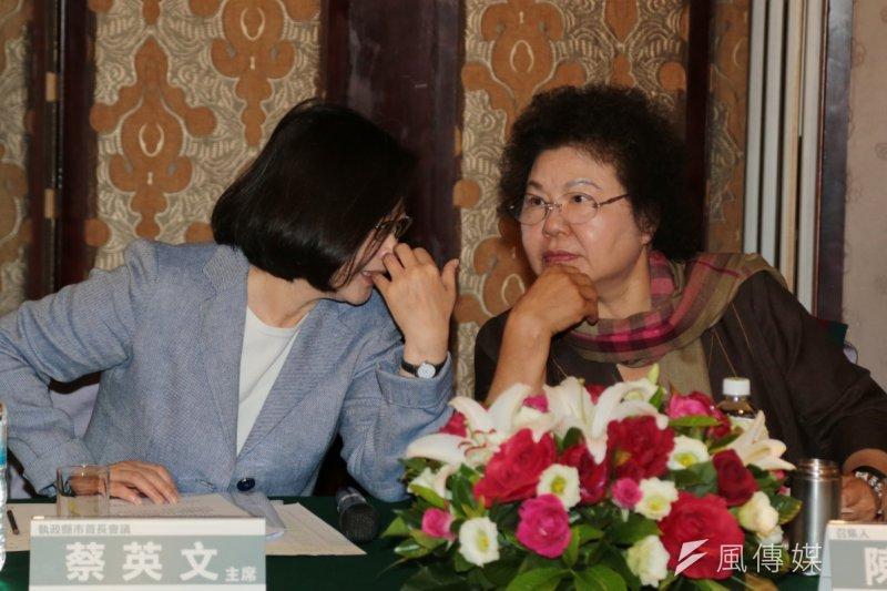 蔡英文、陳菊與陳菊互動甚佳,台灣有可能出現總統、執政黨黨主席都是女性的局面嗎?(資料照,余志偉攝)