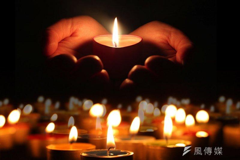 民眾手捧蠟燭,為八仙塵爆傷者祈禱!(資料照,風傳媒)