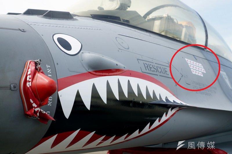 為紀念抗戰70周年 由F-16改裝的軍機上有日本國旗,象徵被擊落的日軍機數目,但在日方抗議下,空軍決定塗銷。(蘇仲泓攝)