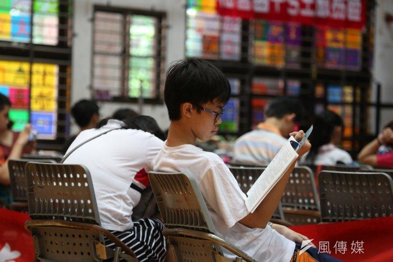 高中生能否鼾選擇寒暑假輔導課?(余志偉攝)