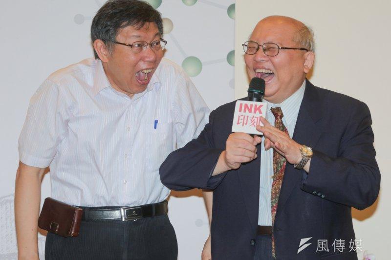 台北市長柯文哲(左)出席陳耀昌醫師(右)新書《島嶼 DNA》發表會(余志偉攝)