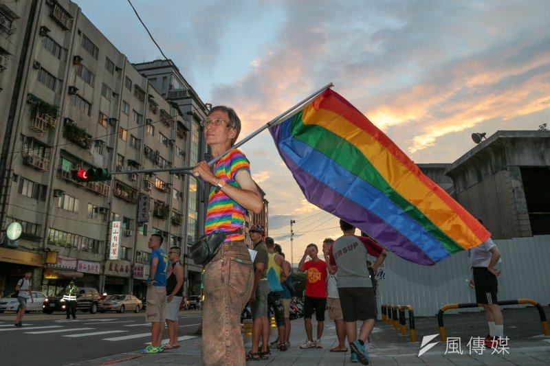 台灣伴侶權益推動聯盟「為婚姻平權而走」遊行,資深同運人士祁家威參與(余志偉攝)
