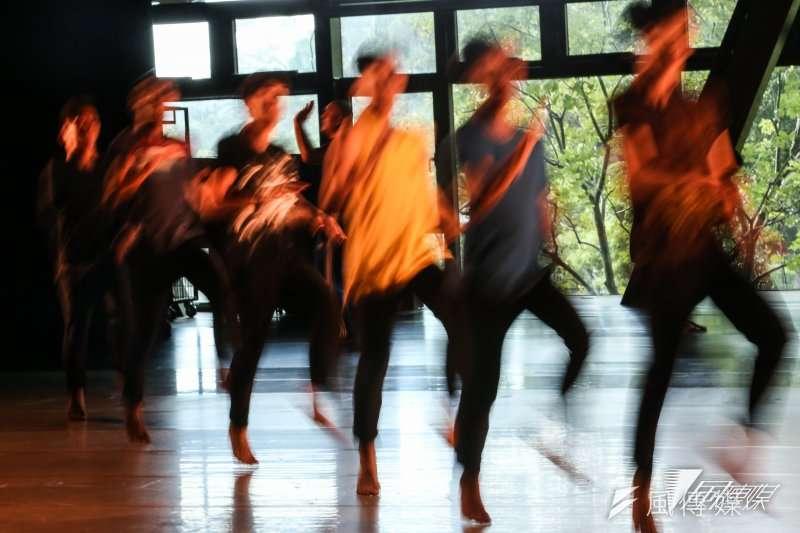 布拉瑞揚舞團的第一個作品《拉歌》,他摒除了他以往受過的舞蹈訓練方式,讓這群年輕的舞者有更多的身體空間來跳舞。(林韶安攝)
