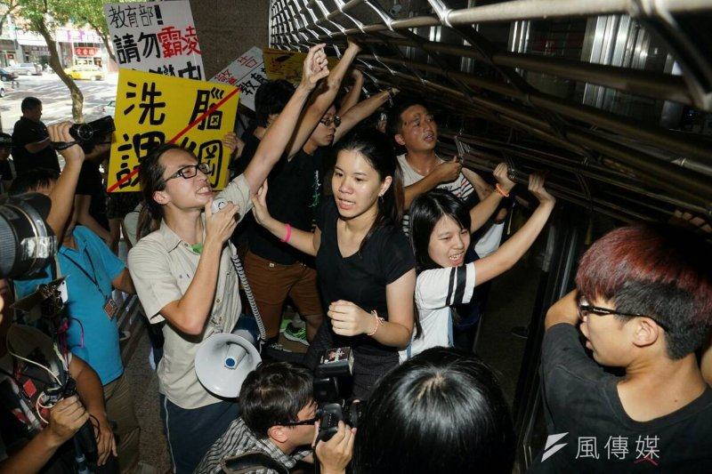 17日晚間9點30分左右,6名反課綱微調學生帶著噴漆突襲教育部,遭警方帶走。(資料照片,蘇仲泓攝)