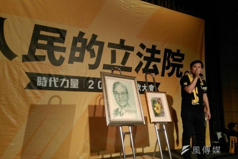 黃國昌為時代力量主持畫作義賣會,成果豐碩(周怡孜攝)
