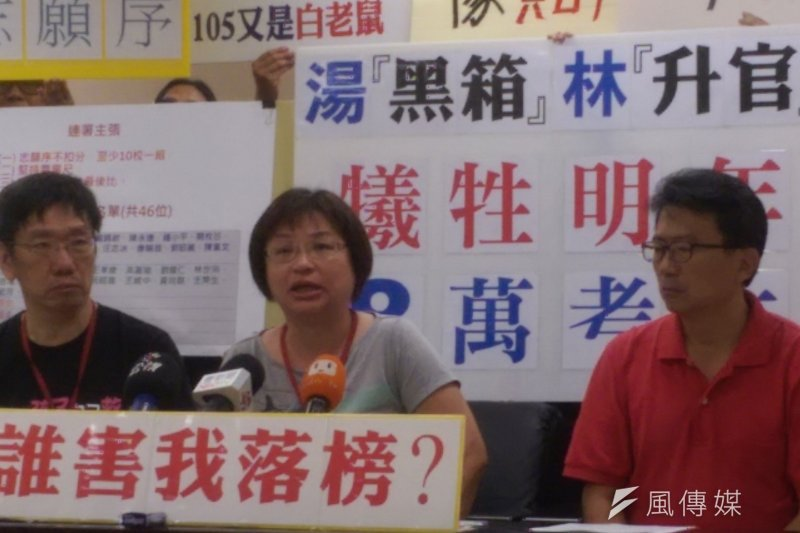 國教行動聯盟家長抗議,高中職入學志願序規定,完全是黑箱作業。(郭昱宏攝)