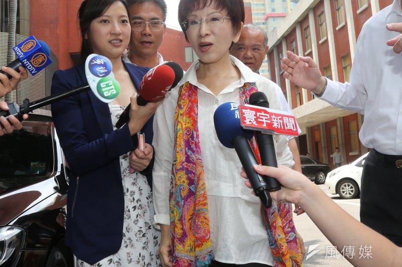 國民黨總統候選人洪秀柱出席「世界台商總會幹部聯誼會」前接受媒體採訪。(吳逸驊攝)