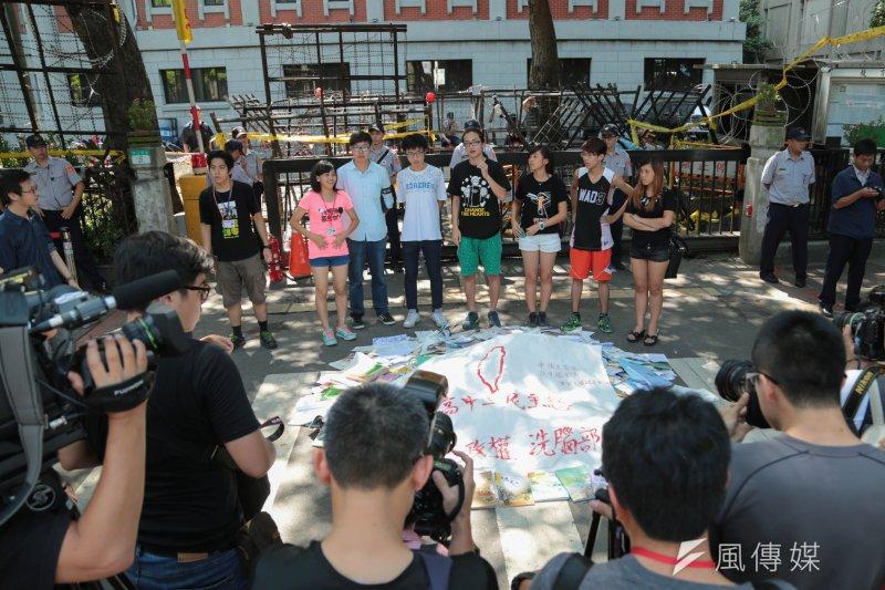 反課綱抗議學生在教育部夜宿一夜後,今日舉行退場記者會。(余志偉攝)