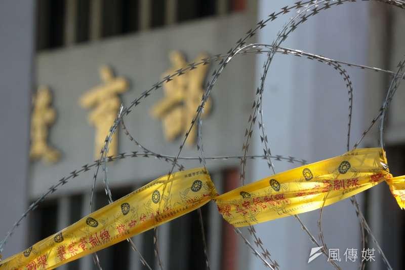 昨日採訪反課綱遭逮捕的三名記者,今(24日)各以1萬元交保。(余志偉攝)
