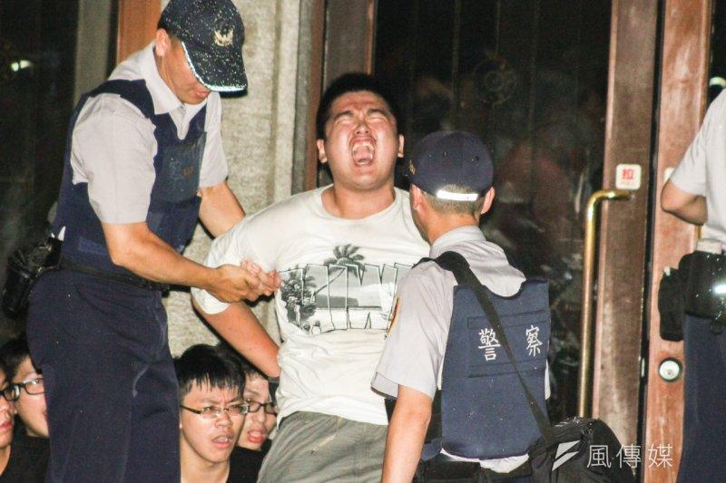 反課綱學生游騰傑深夜攻入教育部,遭警方壓制逮捕。(曾原信攝)