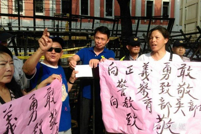 愛國同心會24日下午到教育部前聲援教育部長吳思華。(周怡孜攝)