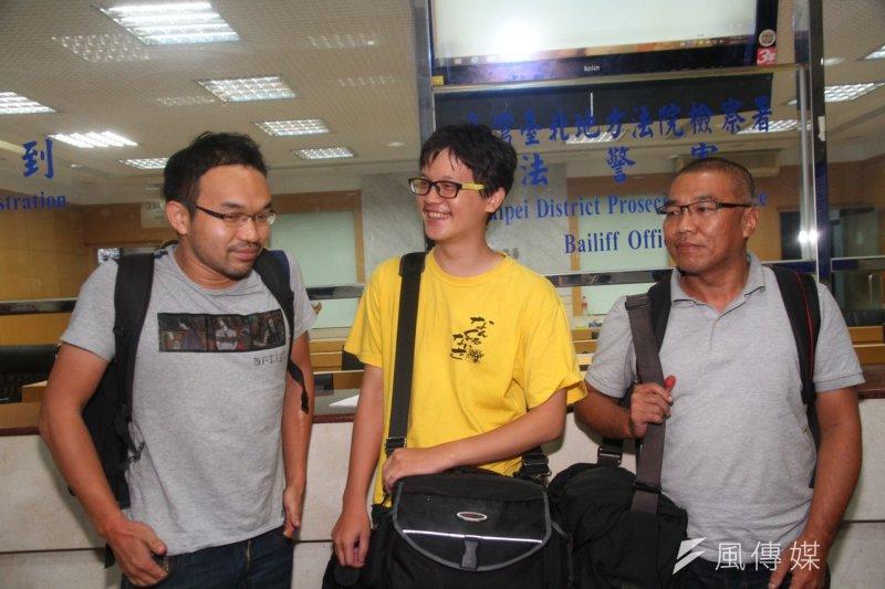 衝入教育部遭逮捕的苦勞網記者宋小海(左起)、獨立記者林雨佑、《自由時報》記者廖振輝,改為無保請回、限制居住。(曾原信攝)