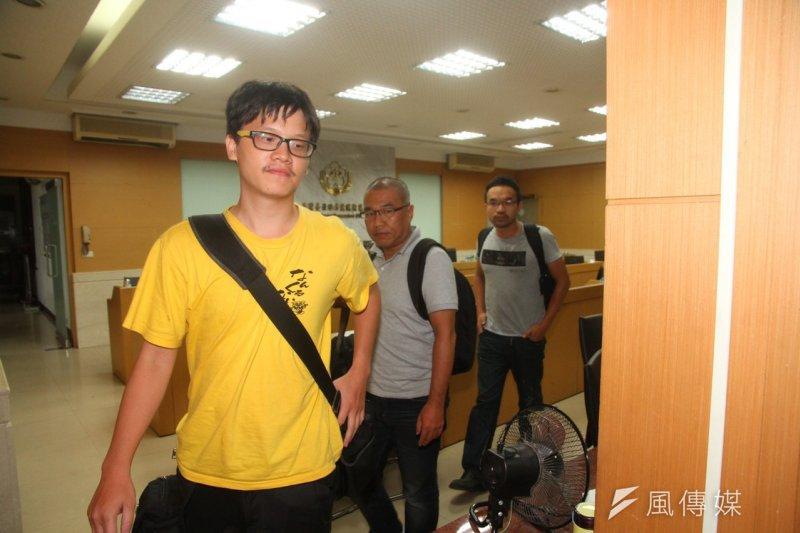 晚間無保獲釋的獨立記者林雨佑(前起)、《自由時報》記者廖振輝、苦勞網記者宋小海等,對於新聞自由被限制均表示不解。(曾原信攝)