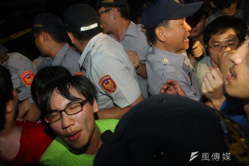 反課綱學生23日深夜攻入教育部,遭警方壓制逮捕,學生被上銬和束帶,帶到教育部大廳等待移送。(資料照,曾原信攝)