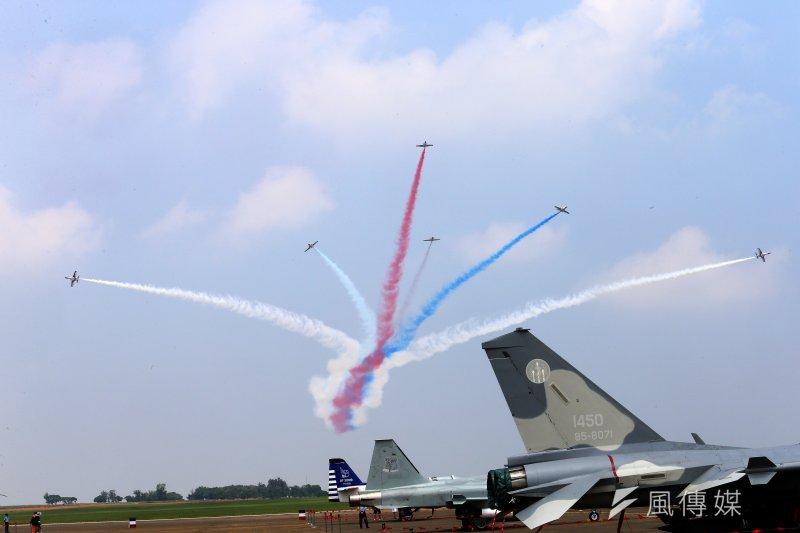 2014年7月17日,雷虎小組在台中清泉崗空軍展示飛行特技(吳逸驊攝)