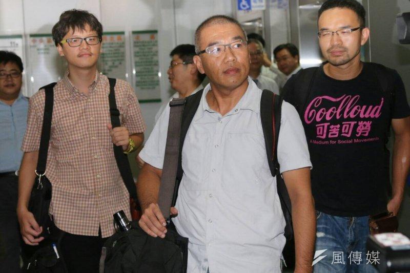 獨立記者林雨佑(左起)、自由時報記者廖振輝、苦勞網記者宋小海三名在723事件中遭逮捕的記者,到市府參加專案小组調查會議。(吳逸驊攝)