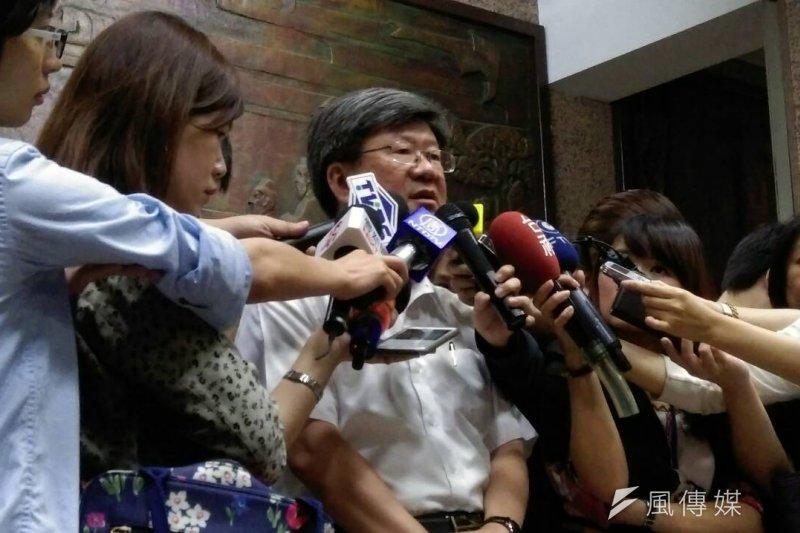 反課綱學生傳出自殺消息,教育部長吳思華下午召開記者會表示,「所有課綱所引發的爭議,我願意負完全的責任。」(周怡孜攝)