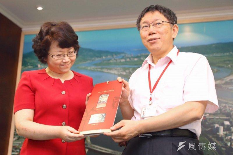 台北市長柯文哲與上海副市長翁鐵慧交換禮品,柯文哲送對方悠遊卡。(蔡耀徵攝)