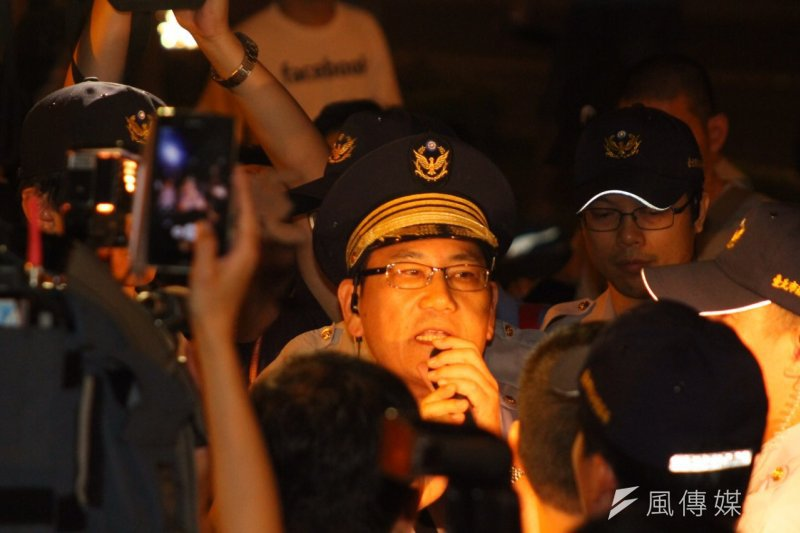 反課綱學生翻入立法院抗議,遭中正一分局長張奇文下令逮捕。(曾原信攝)