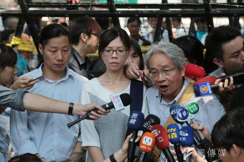 時代力量參選人林昶佐、馮光遠等到教育部抗議現場聲援學生。(余志偉攝)